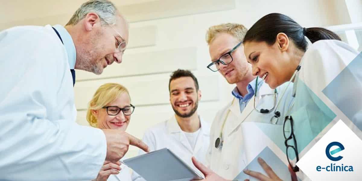 médicos com tablet na mão fazendo marketing digital e marketing médicos