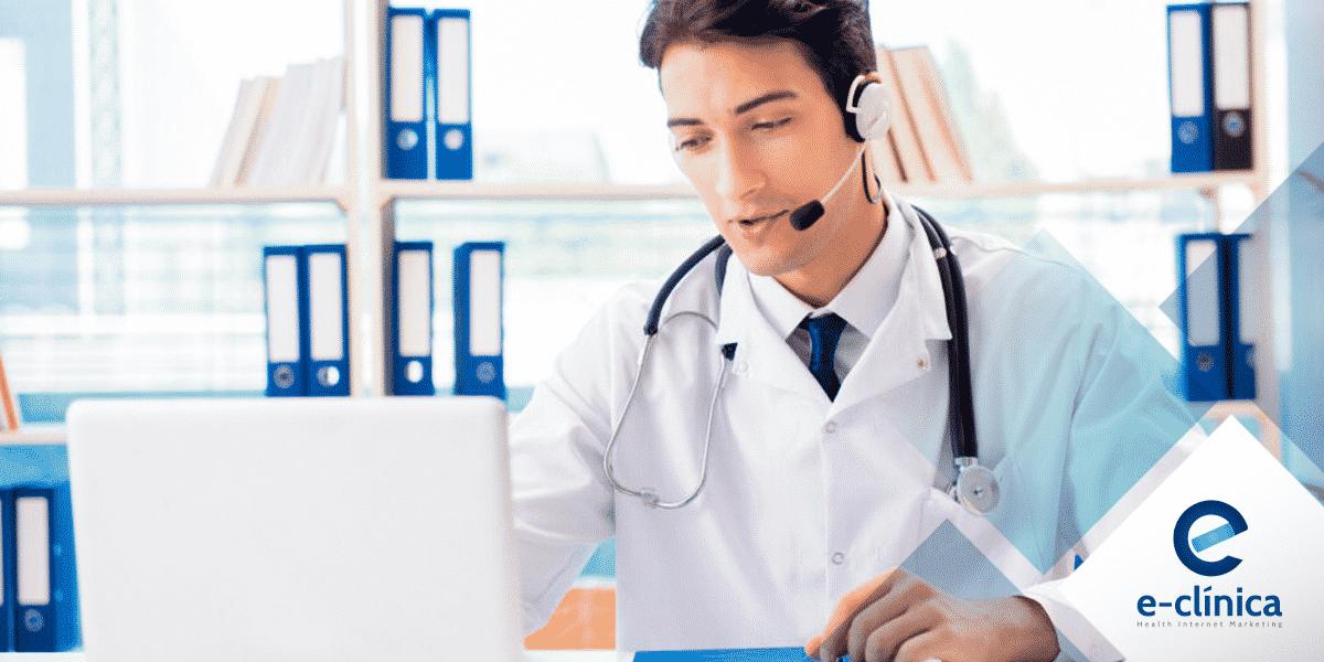 médico praticando telemedicina com fone de ouvido e microfone em frente ao computador site E-clínica marketing digital médico