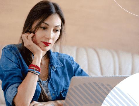 mulher olhando tablet marketing de conteúdo E-clínica marketing digital