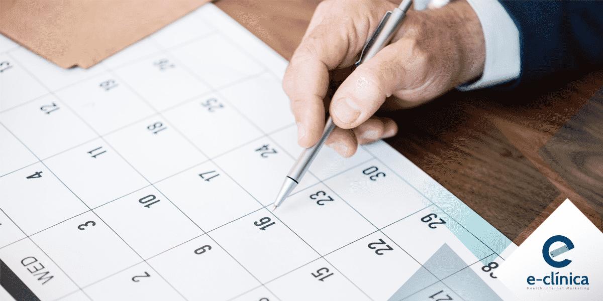 médico planejando calendário de redes sociais E-clínica marketing digital