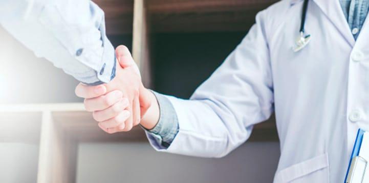 Homem apertando mão de médico