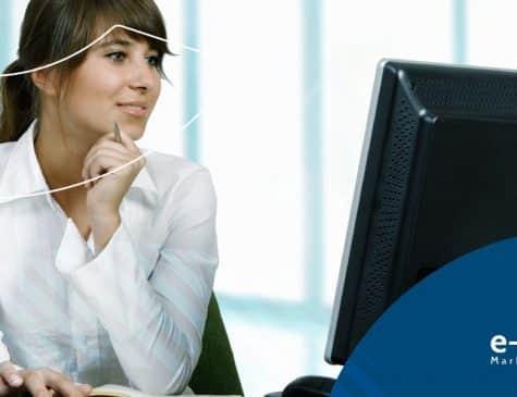mulher ao computador como um blog ajuda no marketing médico e no marketing para dentistas