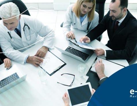 grupo de gestores hospitalares em reunião entenda como o marketing digital pode ajudar na gestão hospitalar