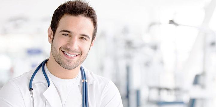 Médico sorrindo com estetoscópio site E-clínica Marketing Médico