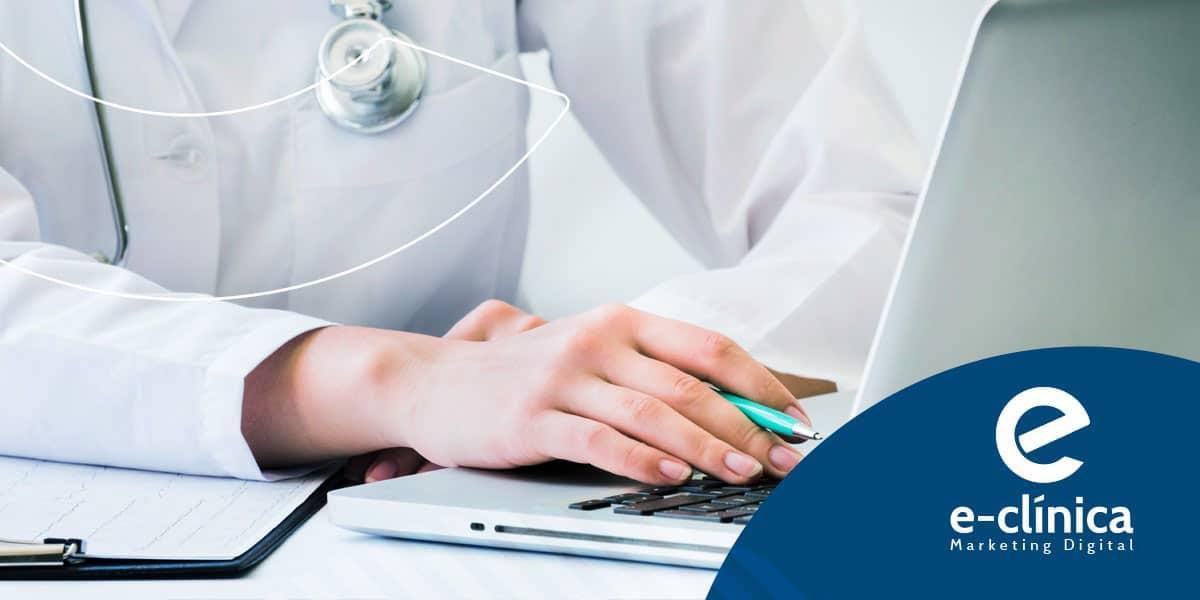mulher no computador e trabalhando para melhorar o SEO e o marketing digital para médicos