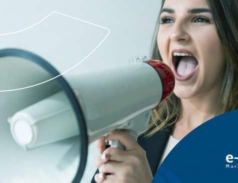 mulher falando ao megafone para promover anúncios digitais e como podem ajudar no marketing médico