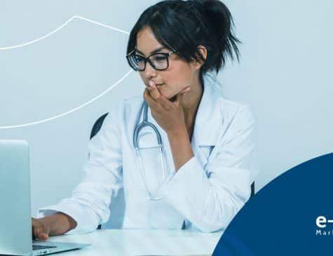 médica ao computador usando estetoscópio no pescoço pesquisando sobre marketing digital médico