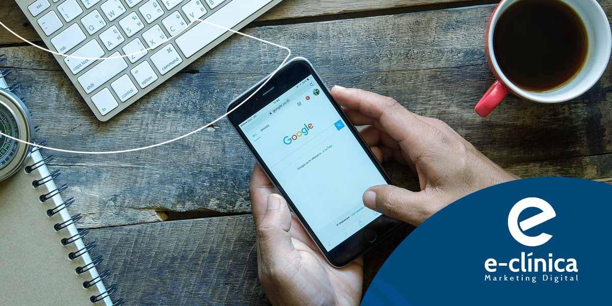 homem segurando celular para utilizar google ads para médicos e dentistas