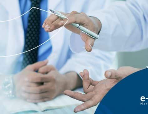 mãos de dois médicos ou dentistas que estão conversando sobre facebook ads no marketing digital para clínicas