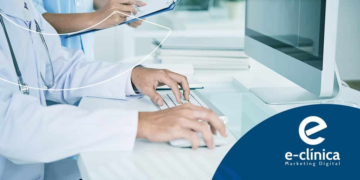 mãos de médico no computador usando software médico na gestão de clínicas