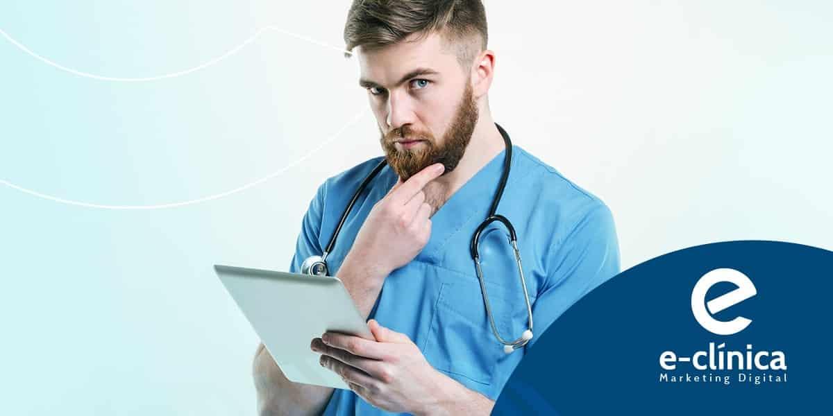 médico de barba usando tablet para pesquisar sobre marketing digital para médicos e palavras-chave