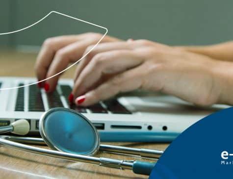 mulher com estetoscopio ao lado do laptop trabalhando em SEO medico