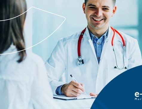 médico sorrindo atendendo paciente faz marketing para consultório médico