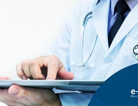 médico usando tablet faz marketing digital médico nas redes sociais
